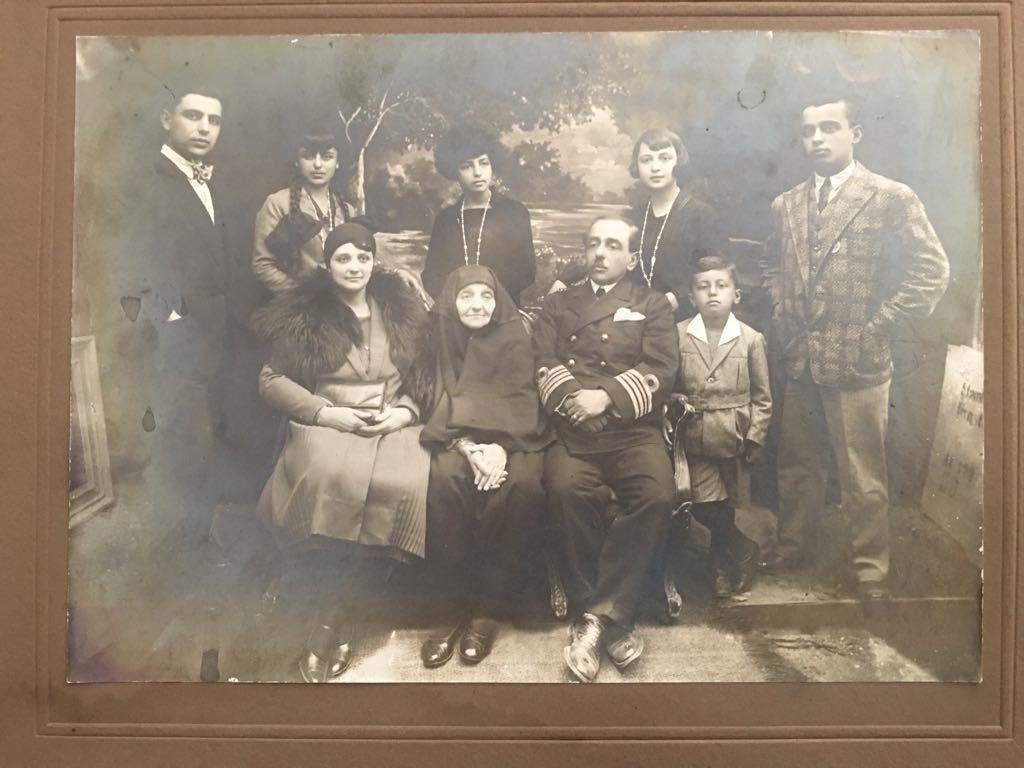 Feyzi Bey'in gelini Nimet Hanım, İstanbul'da bıraktığı ailesiyle
