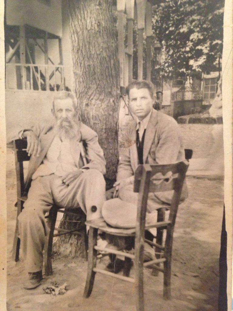 Sol başta - Ali Feyzi Kızılkeçili ve yanında Köy eşrafından dostu Ahmet Dumanlı